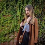 Tiulowa spódnica i brązowy płaszcz