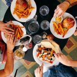 Pułapki restauracyjne – kiedy zjemy najwięcej i jak zjeść mniej?